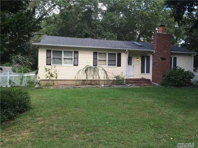 5 Foster Ct, Moriches, NY 11955