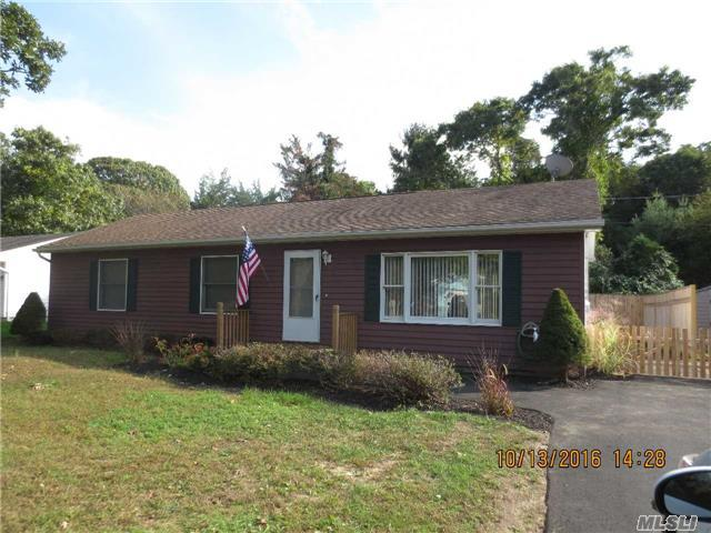 41 Winnie Rd, Center Moriches, NY 11934