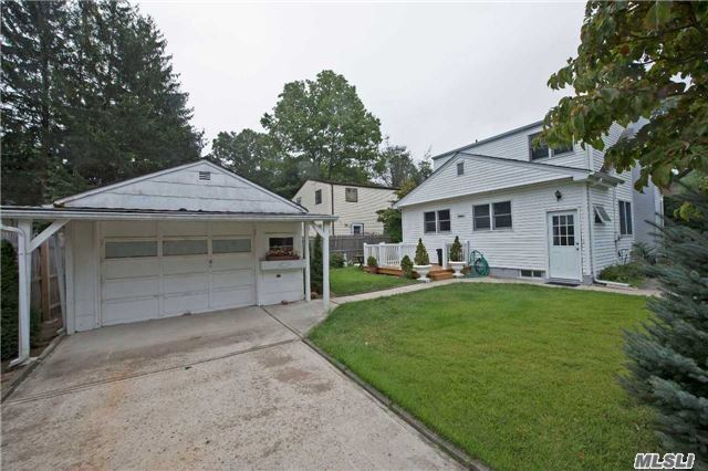 30 Goeller Ave, Huntington Sta, NY 11746