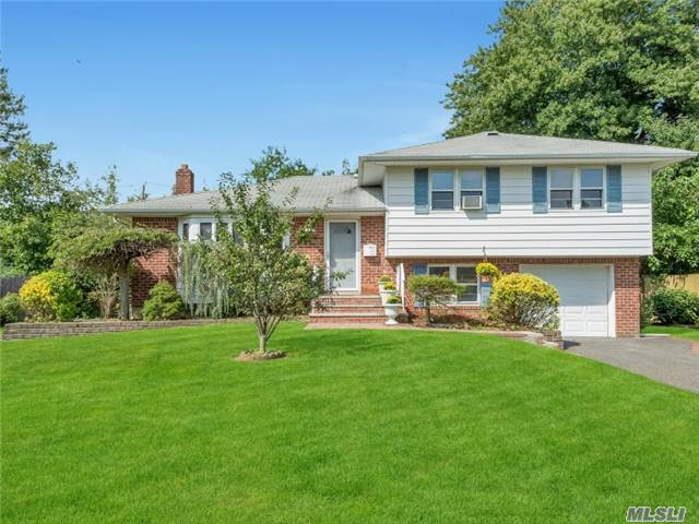 7 Eastfield Ln, Melville, NY 11747
