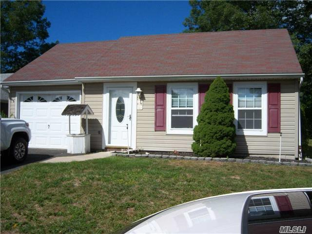 161 Brownfield Dr, Ridge, NY 11961