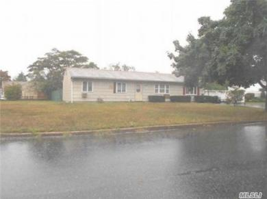 8 Orleans Grn, Coram, NY 11727