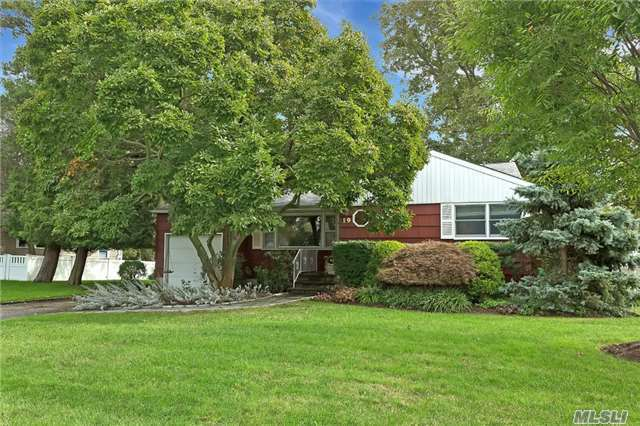 19 Barberry Rd, West Islip, NY 11795