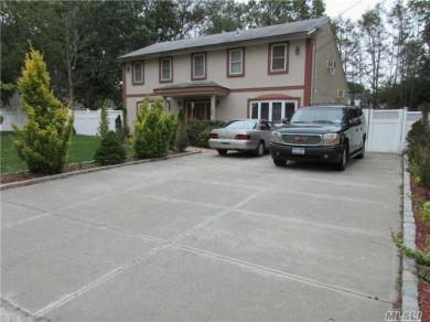 82 Riddle St, Brentwood, NY 11717