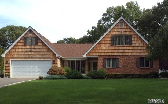 8 River Heights Ct, Smithtown, NY 11787