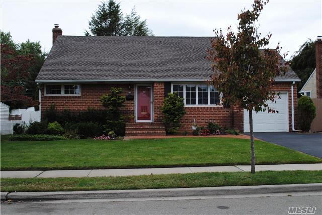 54 W Lincoln Rd, Plainview, NY 11803