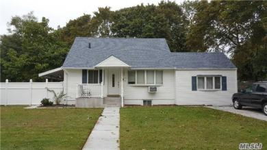 35 E Walnut St, Central Islip, NY 11722