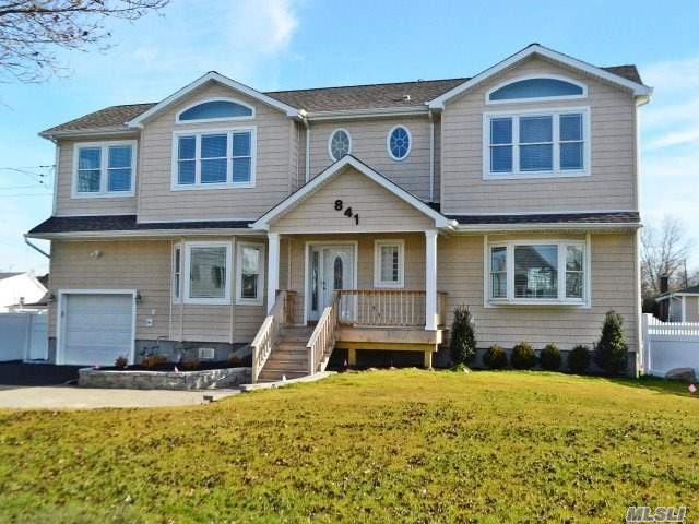 841 W Bay Dr, West Islip, NY 11795