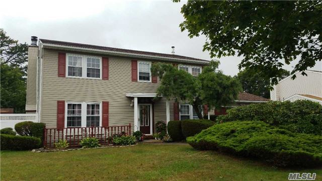 30 Frost Valley Dr, E Patchogue, NY 11772