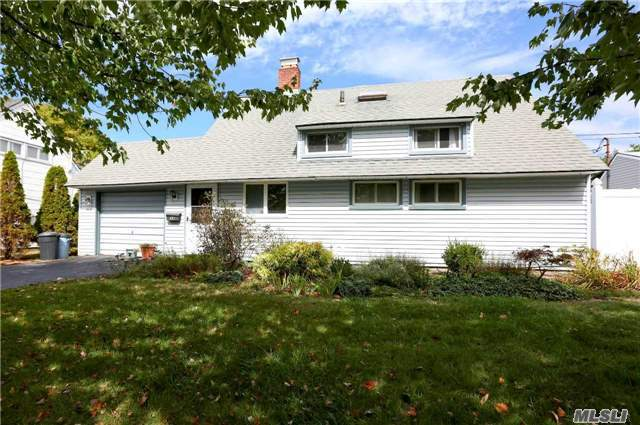 33 Red Maple Dr N., Wantagh, NY 11793