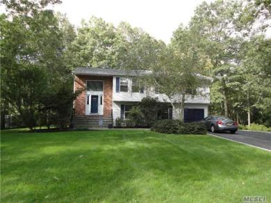 8 Golf Club Cir, Manorville, NY 11949