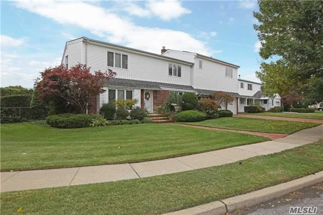 695 Willow Rd, Franklin Square, NY 11010