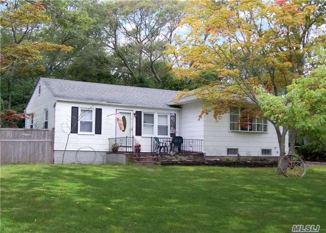 8 Arnold Dr, Middle Island, NY 11953