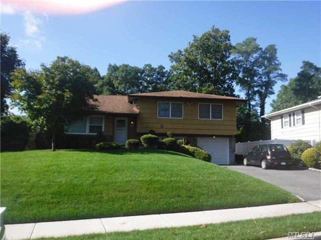 16 Simpson Dr, Old Bethpage, NY 11804
