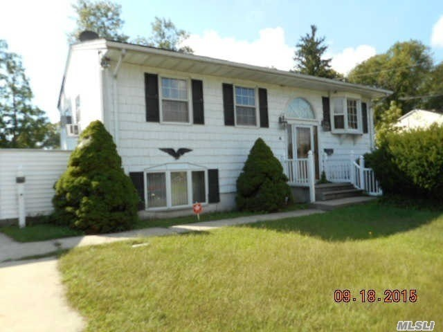 4 Sharon Dr, Patchogue, NY 11772