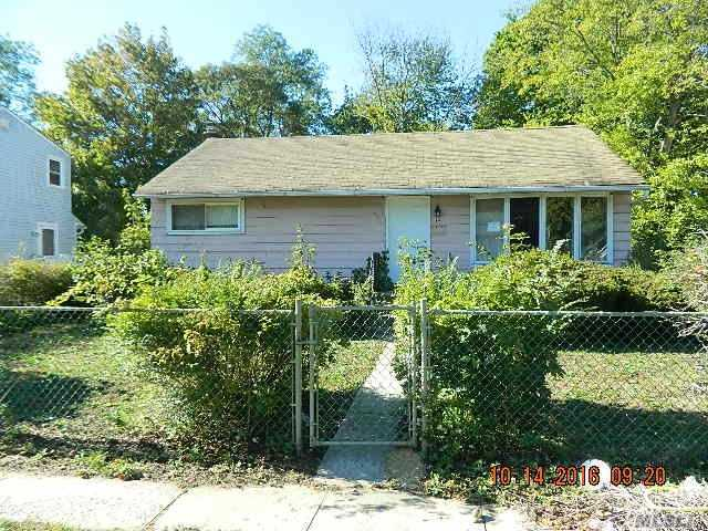 15 Penndale Dr, Amityville, NY 11701