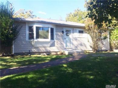 20 Winnie Rd, Center Moriches, NY 11934
