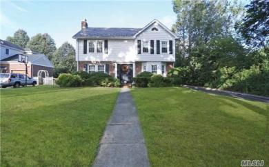 12 Whitehall Blvd, Garden City, NY 11530