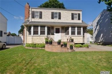 17 Cambridge Ave, Bethpage, NY 11714