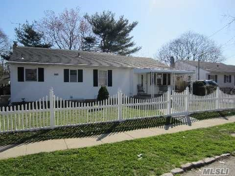 16 Abingdon Ave, Bay Shore, NY 11706