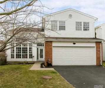 95 Fairway View Dr, Commack, NY 11725