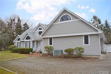 8 Willow Ln, Quogue, NY 11959
