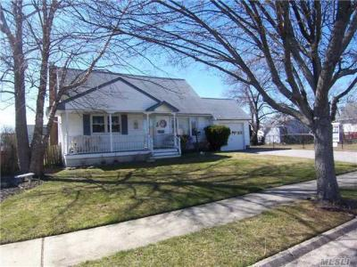 Photo of 230 East Dr, Copiague, NY 11726