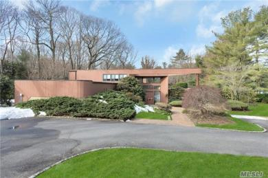6 Carriage Dr, Old Westbury, NY 11568
