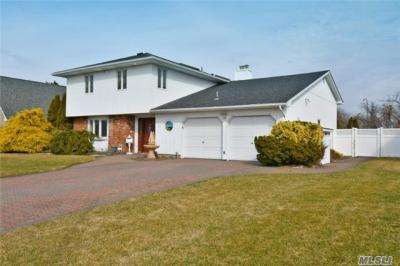Photo of 111 Anchorage Dr, West Islip, NY 11795