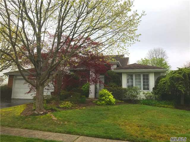 160 Country Club Dr, Commack, NY 11725