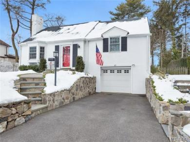 37 South Ct, Roslyn Heights, NY 11577