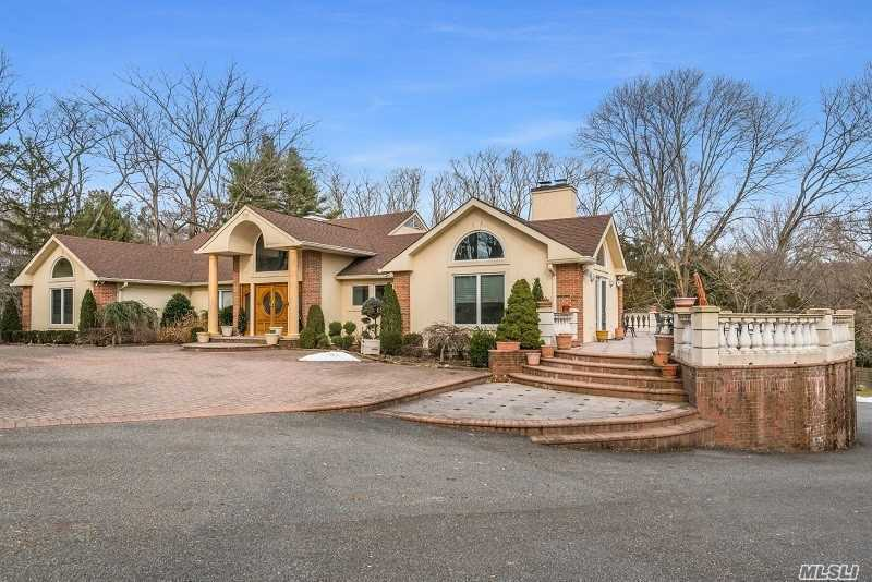 5 August Ln, Old Westbury, NY 11568