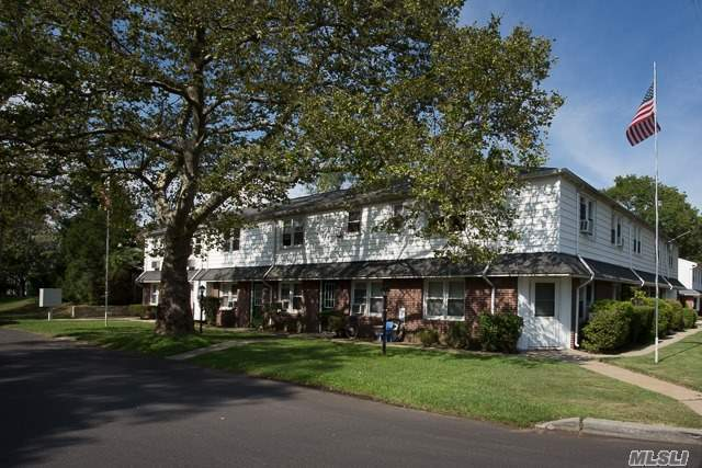 140 Orinoco Dr #9, Brightwaters, NY 11718