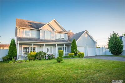 Photo of 15 Sterns Ln, Copiague, NY 11726