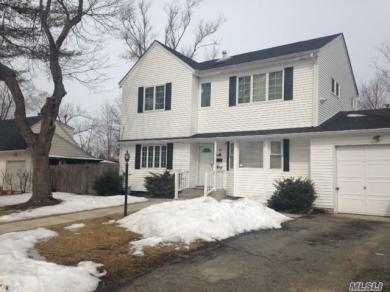 33 E Walnut St, Central Islip, NY 11722