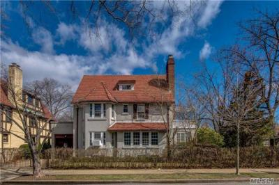 Photo of 81 Ascan Ave, Forest Hills, NY 11375