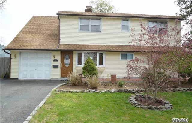 11 Piper Ln, Levittown, NY 11756