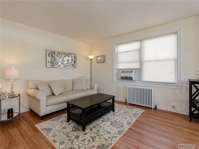 14 Edwards St #3d, Roslyn Heights, NY 11577