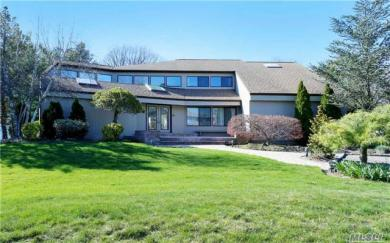 15 Clearmeadow Ln, Woodbury, NY 11797
