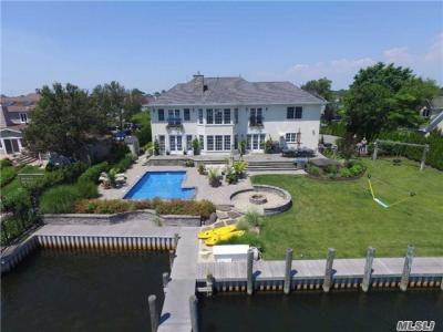 Photo of 233 W Islip Rd, West Islip, NY 11795