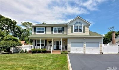 Photo of 2 Carousel Ct, East Islip, NY 11730