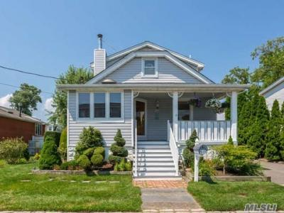 Photo of 21 Willoughby Pl, West Islip, NY 11795