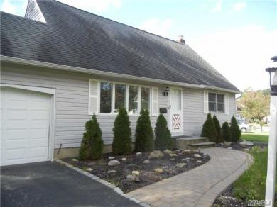 101 Devonshire Dr, East Norwich, NY 11732