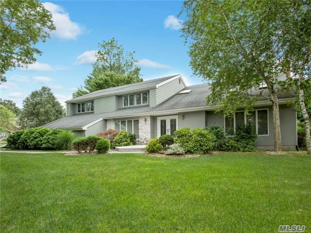 17 Scenic View Ct, Dix Hills, NY 11746