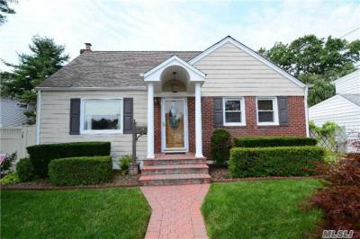 Photo of 916 Stratford Dr, East Meadow, NY 11554