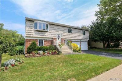 Photo of 15 Westminster Ln, West Islip, NY 11795