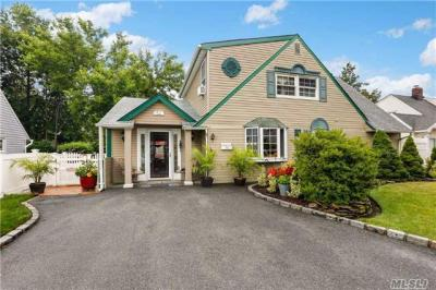 Photo of 42 Magpie Ln, Levittown, NY 11756