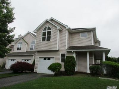 Photo of 3002 Willow Pond Dr, Riverhead, NY 11901