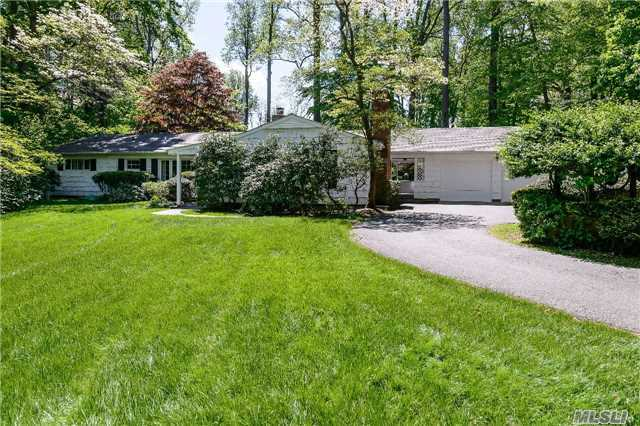 1 Eden Roc Dr, Lattingtown, NY 11560
