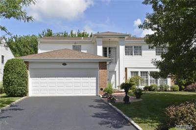 Photo of 152 Country Club Dr, Commack, NY 11725
